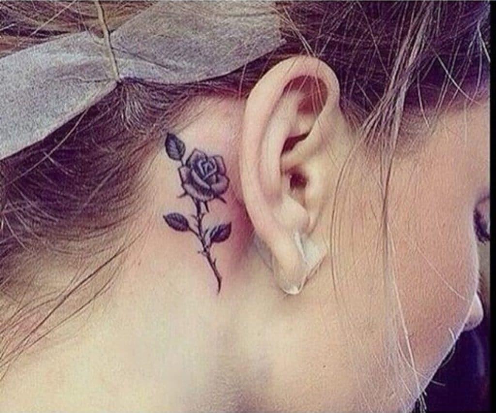 Tatuaje Rosas Pequeñas Oreja