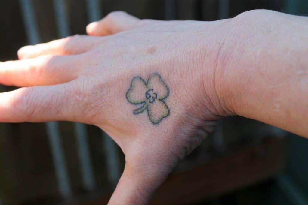 Tatuajes de Trébol Mano