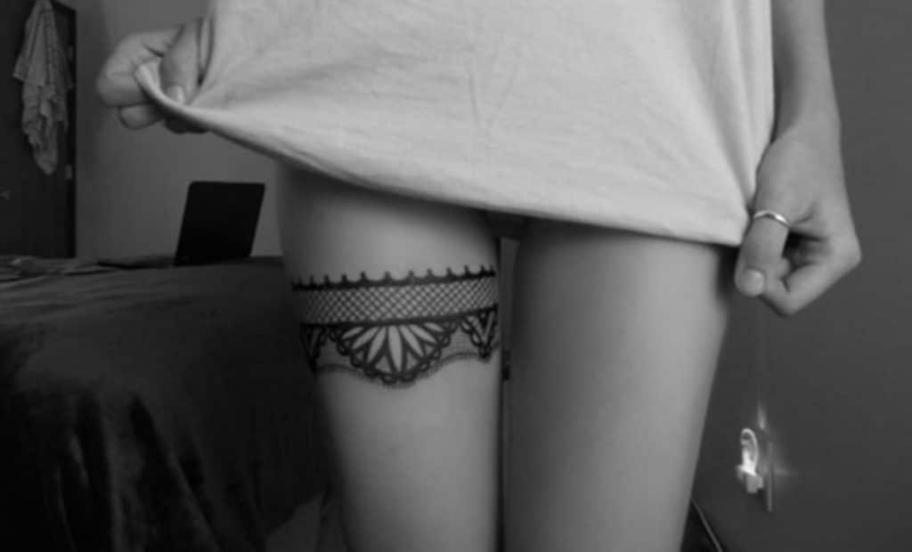 Tatuaje de ligas blanco y negro