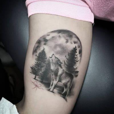Tatuaje de lobo aullando a la luna