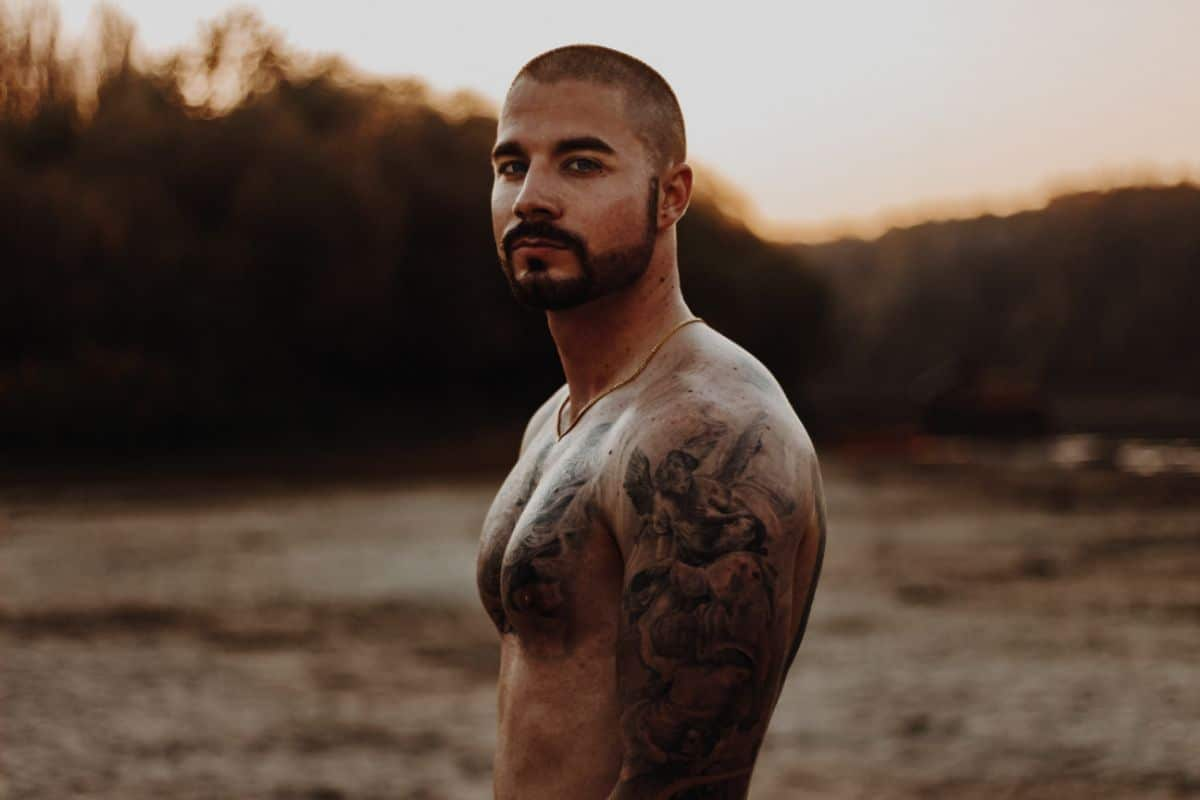 Un hombre musculado con tatuajes
