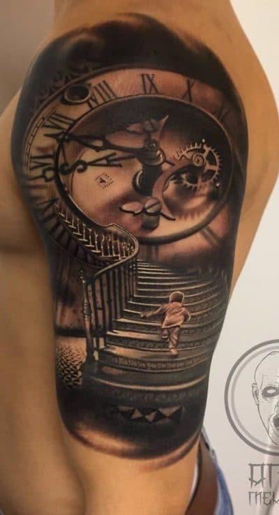 El crecimiento de una persona está simbolizado por la escalera y el reloj