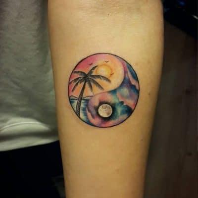 Tatuaje de yin y yang con sol y luna