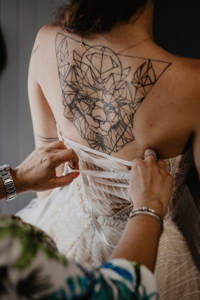 Gran tatuaje de triángulos geométrico en la espalda