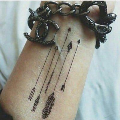 Tatuaje fino con flechas
