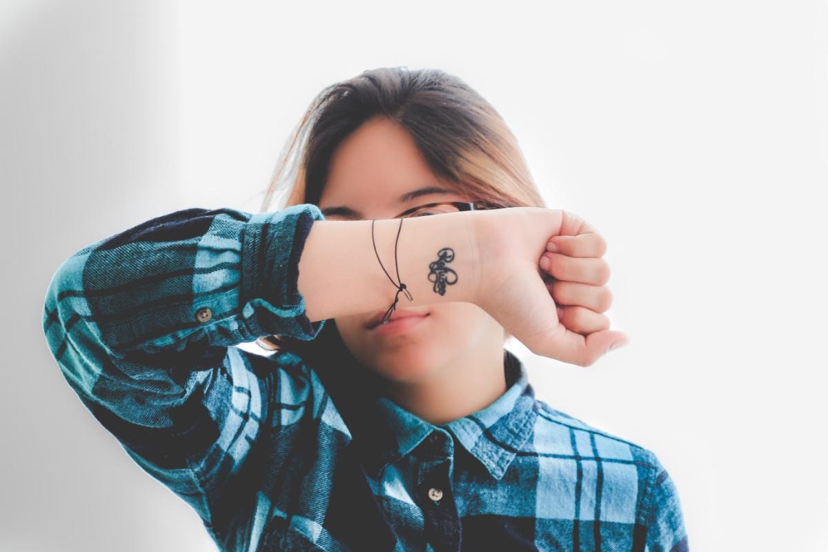 Tatuaje sencillo en negro en la muñeca