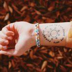 Tatuaje en la muñeca con un sol